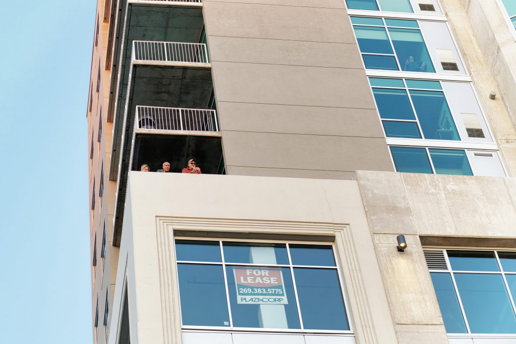 Onlookers from apartments at heckle the anti-police violence protestors. (GABRIEL GIRON/NowKalamazoo)